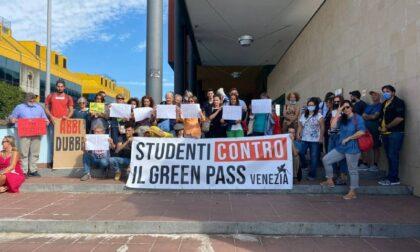 """Rifiutano il vaccino e il Green pass, la protesta degli insegnanti: """"Faremo lezione in strada"""""""