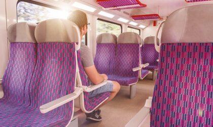 """Chiede il biglietto a un passeggero del treno ma lui tenta di strangolarla: """"E' posseduta da Satana"""""""