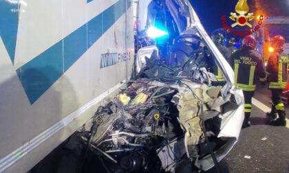 Tragico incidente tra un furgone e un camion: morta una donna
