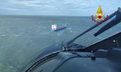 Soccorritori si calano su portacontainer a largo di Chioggia per soccorrere due marinai infortunati