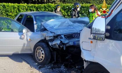 Tragedia a Eraclea, le foto del tremendo frontale tra auto e furgone: un morto