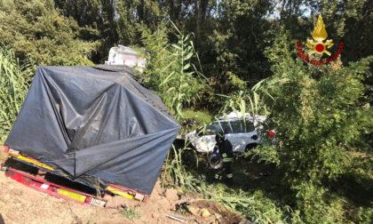 Si scontra con un tir e l'impatto è violentissimo: morta la donna al volante dell'auto