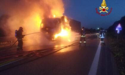 Camion carico di lingotti divorato dalle fiamme, le impressionanti immagini del rogo in strada